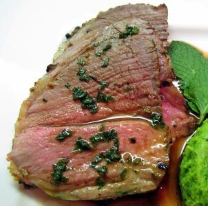 Selle d agneau r tie et sa sauce la menthe recettes de geek - Comment cuisiner la selle d agneau ...