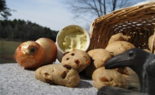 Petits pains aux raisins, pommes séchées et pignons
